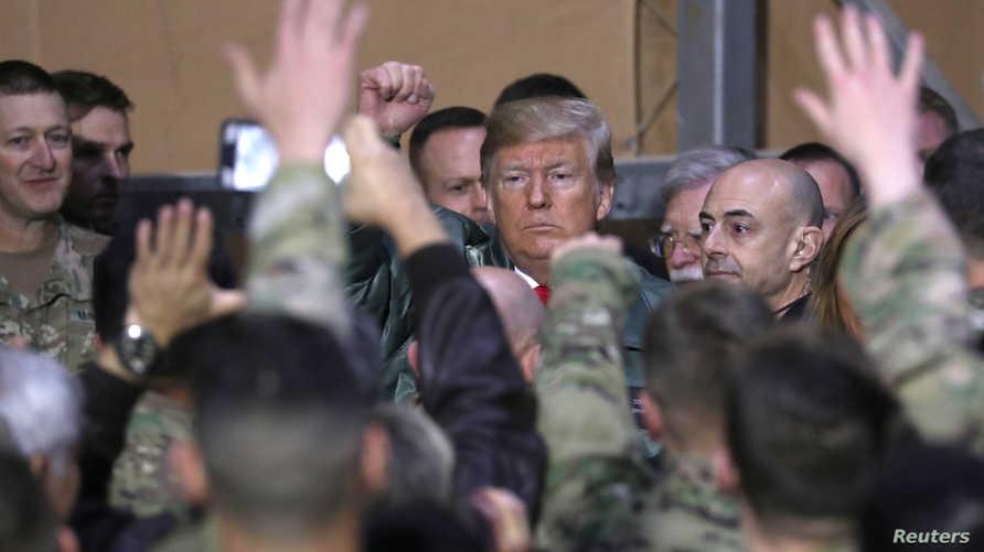 ترامب محاطا بجنود أميركيين في قاعدة عين الأسد غرب العراق