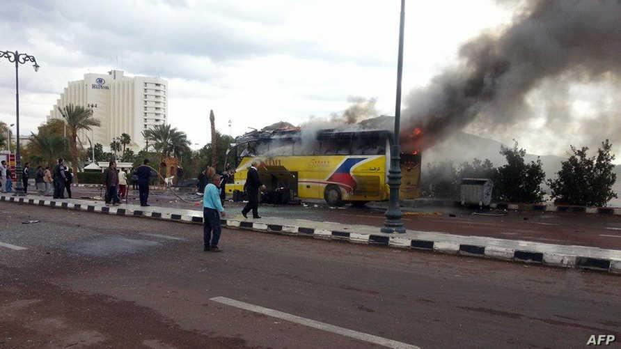 نيران متصاعدة من حافلة سياحية استهدفت من قبل أنصار بيت المقدس في منتج طابا جنوبي سيناء
