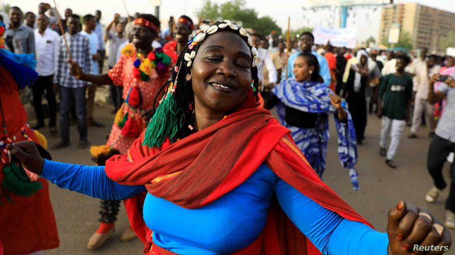 متظاهرة سوادنية أما مقر القيادة العامة للجيش في الخرطوم