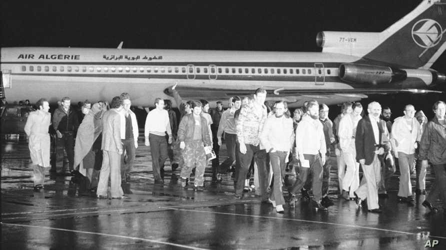 الرهائن الأميركيون بعد وصولهم إلى الجزائر على متن طائرة جزائرية في 21 يناير 1981