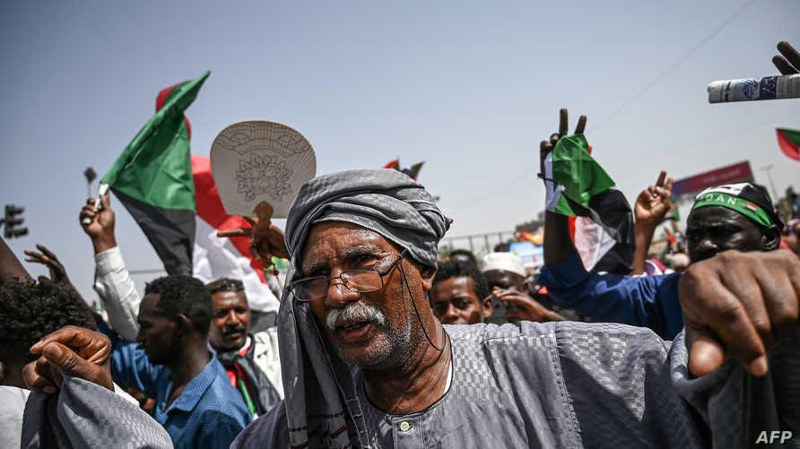 يستمر اعتصام المعارضين السودانيين أمام مقر القيادة العامة للجيش