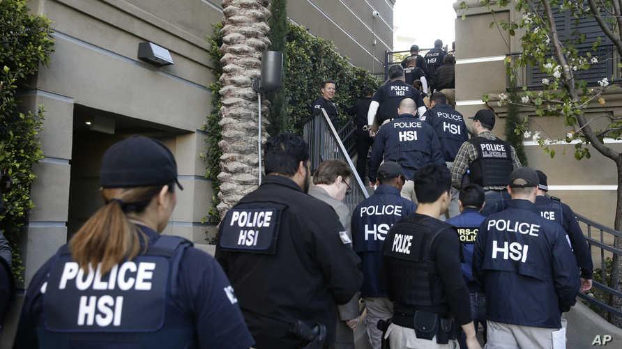 عناصر في السلطات الفدرالية خلال مداهمة شققا راقية في كاليفورنيا حيث أقامت نساء أجنبيات حوامل، في إطار حملة ضد سياحة الولادة