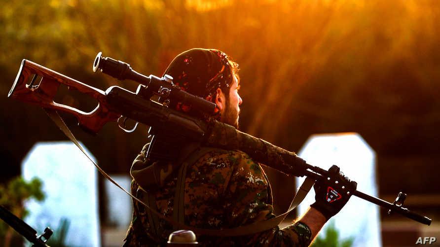 مقاتل من قوات سوريا الديمقراطية في مدينة القامشلي