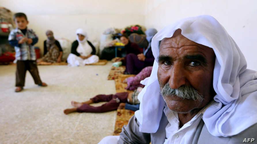 عائلة عراقية يزيدية نزحت من بلدة سنجار تتخذ ملجأ في مدرسة بمدينة دهوك بإقليم كردستان