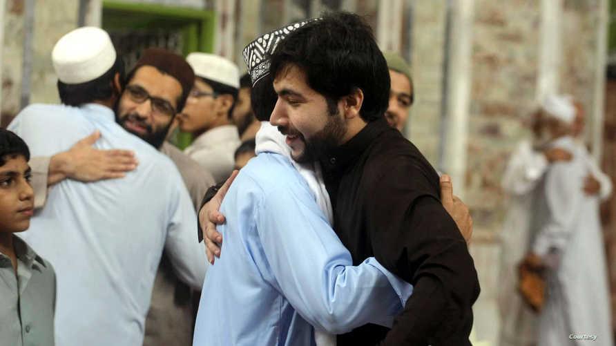 تبادل التحايا في عيد الفطر