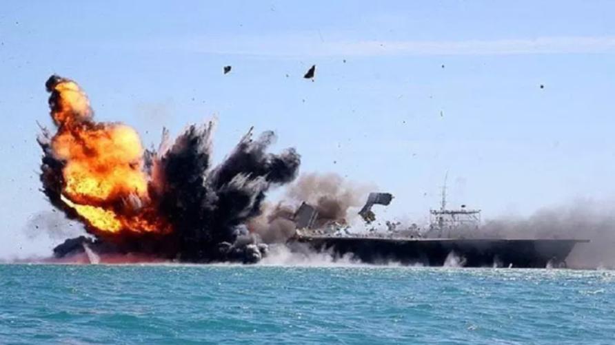 قوات الحرس الثوري الإيراني تغرق مجسم يحاكي حاملة طائرات أميركية خلال مناورات النبي الأعظم في 2015