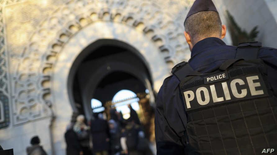 شرطي فرنسي عند بوابة مسجد في باريس