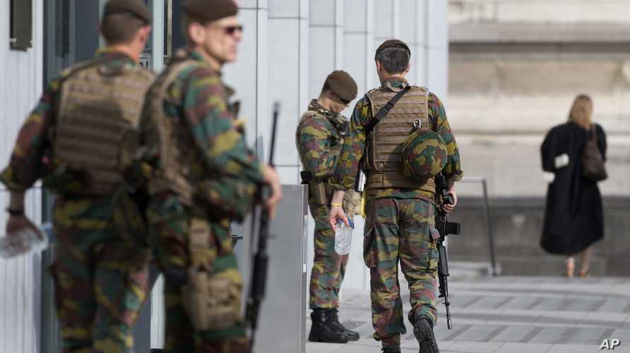 عناصر من الشرطة البلجيكية أمام مقر محكمة