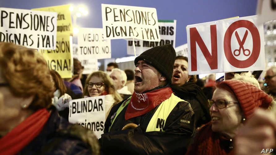 متظاهرون في مدريد للمطالبة بتحسين  مخصصات التقاعد الشهر الماضي
