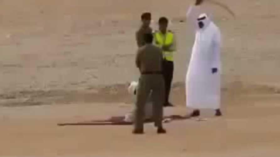 صورة مأخوذة عن مقطع فيديو لتنفيذ إعدام بحد السيف في السعودية