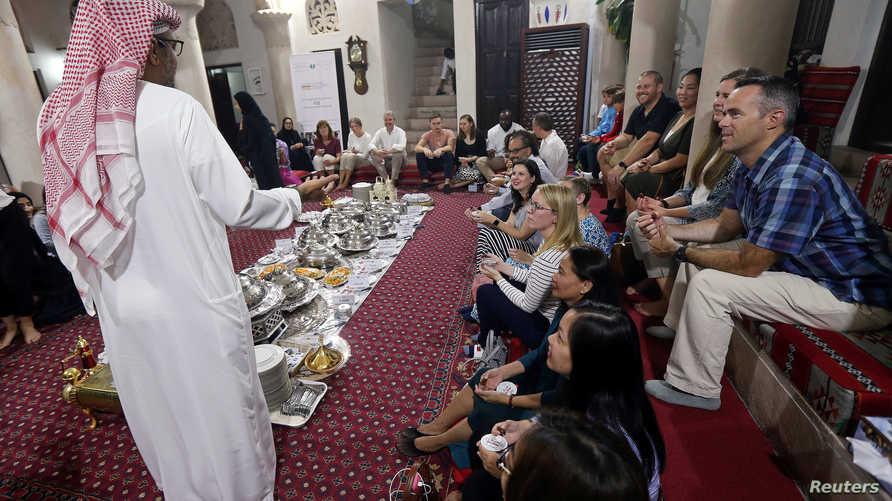 يشرح عن شهر رمضان والعادات المرافقة له في الإمارات في مركز الشيخ محمد للتواصل الحضاري