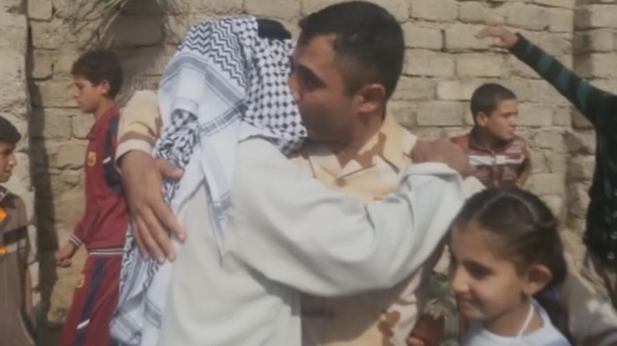 النقيب صفاء يحضن أباه في قريته بالموصل