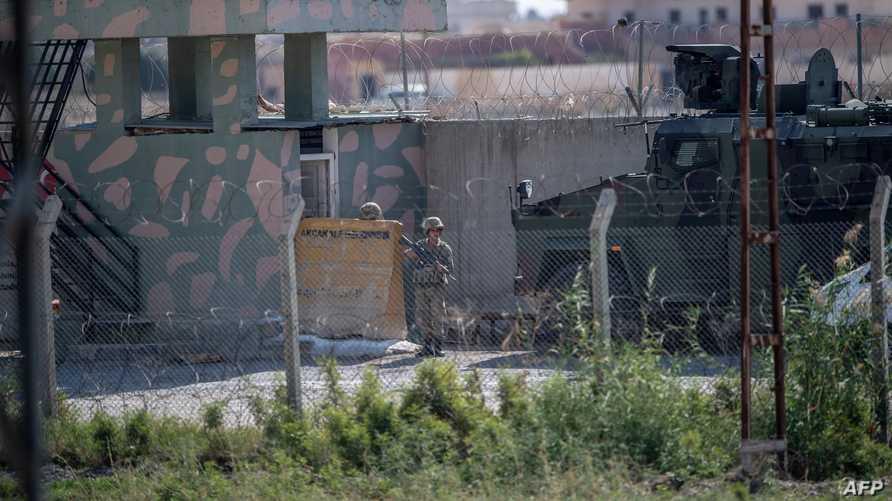 جندي يقف هلى الحدود التركية السورية بالقرب من بلدة تل أبيض في 8 أكتوبر 2018