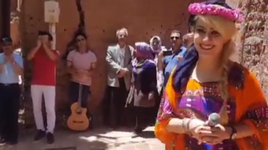 المطربة الإيرانية نغار معظم أثناء غنائها أمام مجموعة من السياح