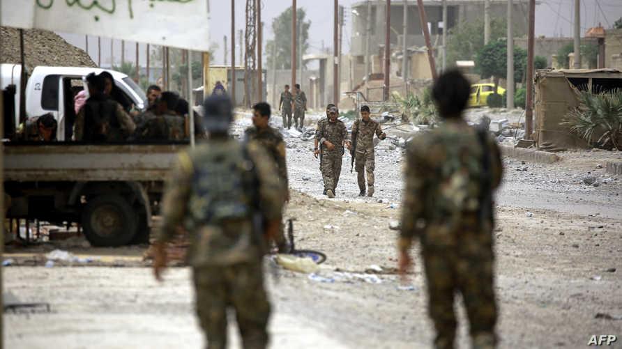 عناصر قوات سورية الديموقراطية في أطراف مدينة الرقة
