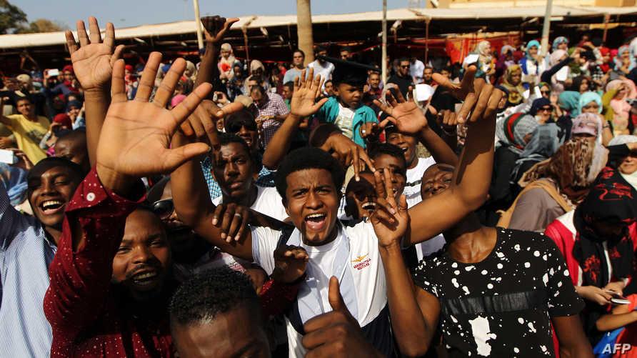 طلاب ليبيون يحتفلون بتخرجهم من كلية الصيدلة في جامعة العرب في مدينة بنغازي(أرشيف)