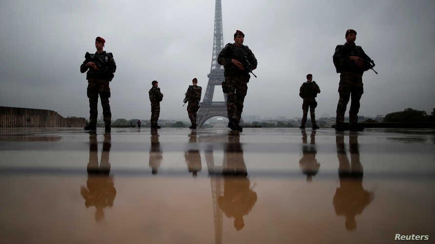جنود فرنسيون في تدريب أمني بالقرب من برج إيفل في مايو 2013