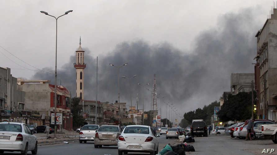 أعمدة الدخان تتصاعد خلال اشتباكات في بنغازي- أرشيف