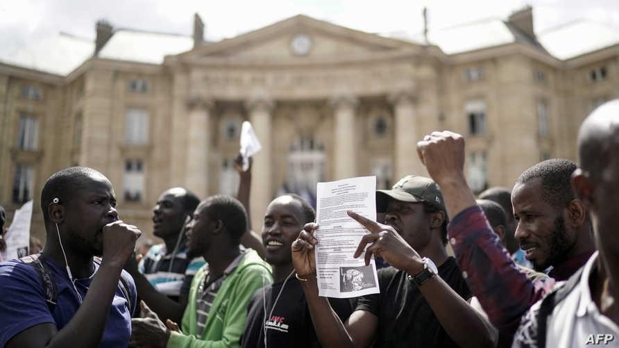 مهاجرون غير شرعيين في فرنسا خلال احتجاجهم عند مقبرة باثيون