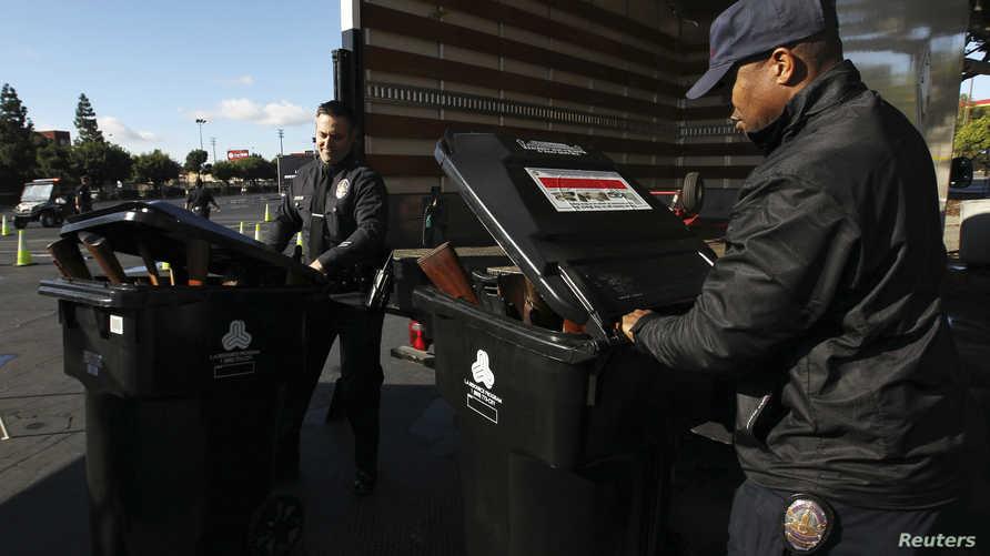 شرطة لوس أنجلوس تعرض هدايا لتسليم الأميركيين أسلحتهم