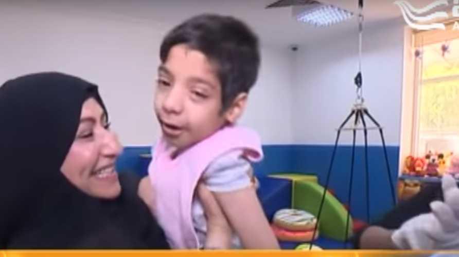 الإماراتية نادية الصايغ مع طفلة في مركز المشاعر الإنسانية