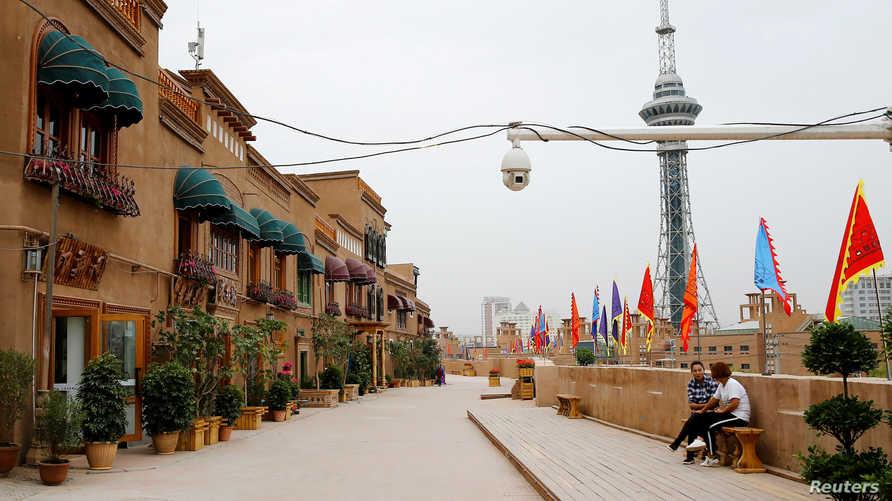 كاميرا أمنية في شارع في مدينة كشقار في إقليم شينجيانغ الذي يتركز فيه المسلمون الصينيون