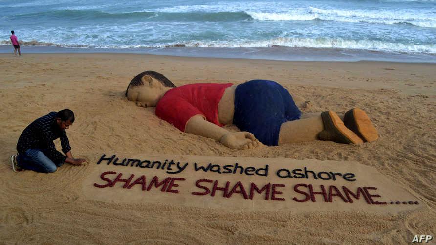 عمل للفنان الهندي سودارسان باتنايك يُظهر الطفل السوري إيلان الذي قضى غرقا خلال محاولة أهله اللجوء إلى أوروبا