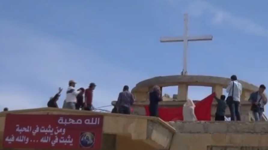 إعادة رفع الصليب فوق كنيسة في الطبقة