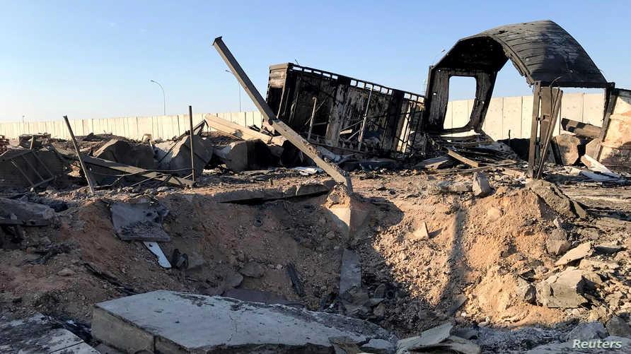 أنقاض في أحد مواقع قاعدة عين الأسد التي تعرضت لهجمات بالصواريخ البالستية الإيرانية
