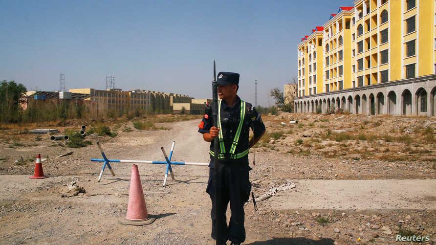 جندي صيني يقف على مدخل احد معسكرات الاعتقال