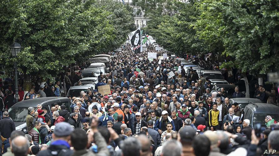 الجزائر.. آلاف الطلبة في مظاهرات رافضة للانتخابات الرئاسية