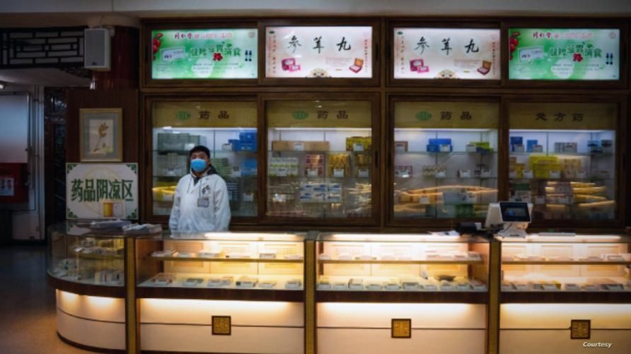 انتعاش سوق الصيدليات التقليدية في الصين بعد ترويج الحكومة لدور هذه الأدوية في مقاومة مرض كورونا