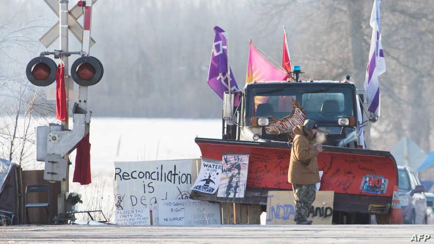 متظاهرون من السكان الأصليين في كندا يشلون حرك القطارات احتجاجا على مد أنبوب للغاز في مناطقهم