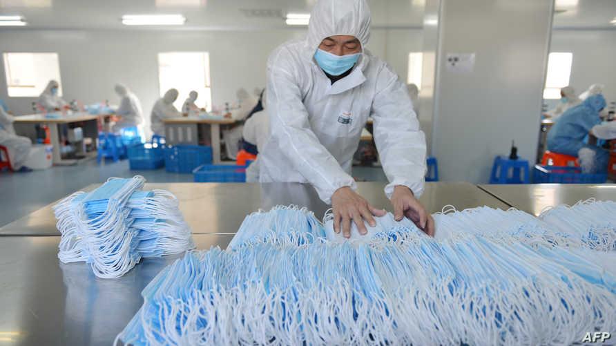 تحاول السلطات الصينية احتواء فايروس كورونا المستجد الذي تسبب في وفاة أكثر من ألفي شخص وإصابة المئات