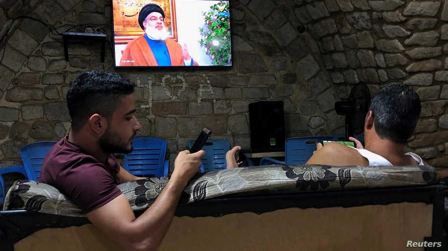 صورة ارشيفية من مقابلة لنصر الله ويظهر فيها شبان يتابعون الخطاب