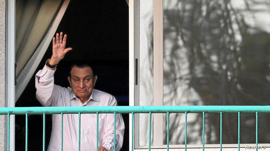 مبارك يحيي مؤيديه من غرفته بمجمع القوات المسلحة على كورنيش النيل بمنطقة المعادي بالقاهرة في 6 أكتوبر 2016