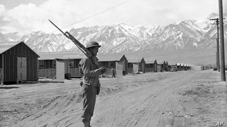 جندي أميركي في مخيم لاحتجاز الأميركيين اليابانيين في منزنار بكاليفورنيا