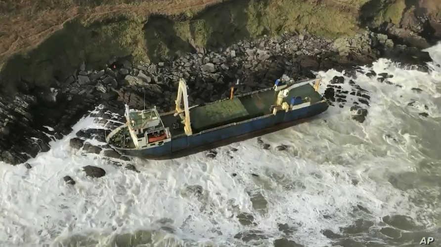عاصفة دينيس تعيد سفينة مفقودة منذ أكثر من عام