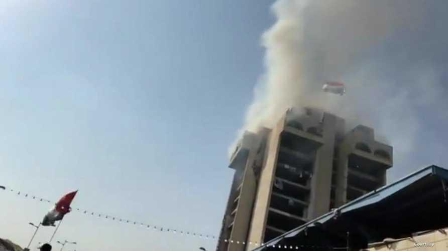 المتظاهرون أحرقوا مواد تالفة أعلى المبنى