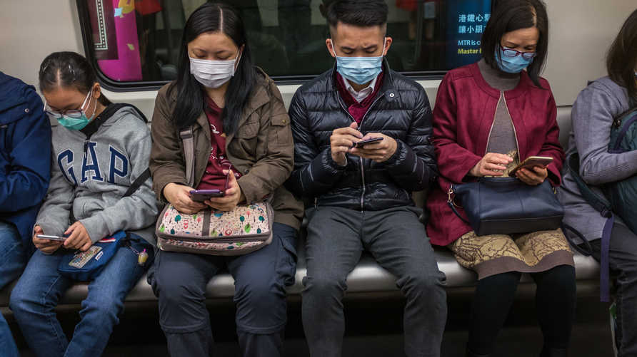 مواطنون في هونغ كونغ يرتدون أقنعة وجه في المترو