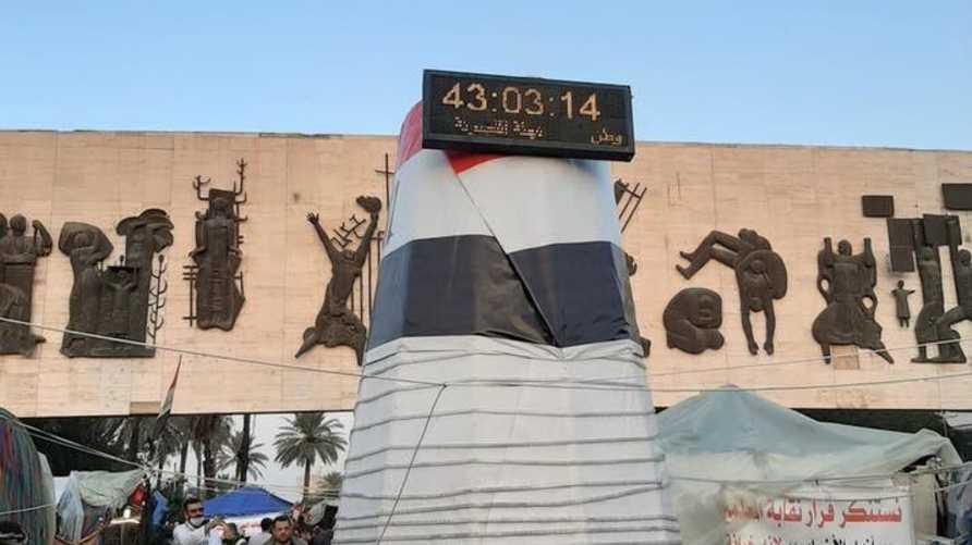ساعة عد تنازلي وضعها المتظاهرون في ساحة التحرير ببغداد لعد الوقت المتبقي للمهلة الممنوحة للحكومة