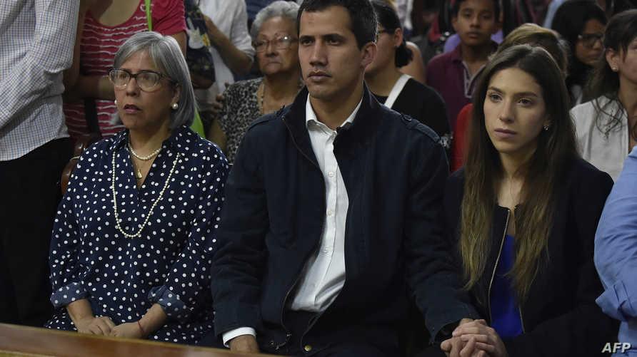 غوايدو وزوجته فابيانا روزاليس ووالدته نوركا ماركيز