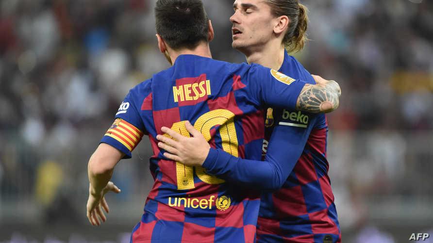 مهاجما برشلونة غريزمان وميسي يحتفلان خلال المباراة ضد أتلتيكو مدريد في كأس السوبر الإسباني