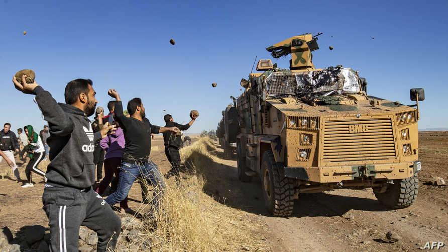 مواطنون يرشقون الحجارة على دورية تركية روسية في الحسكة السورية
