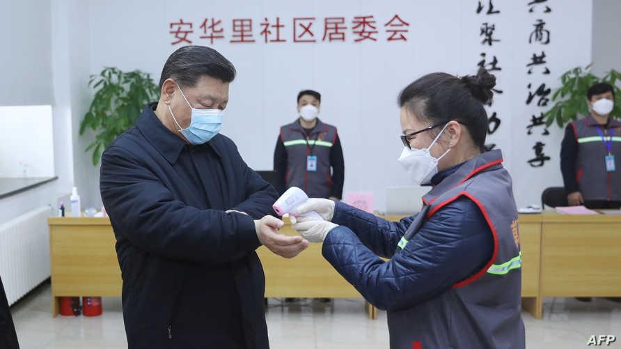 الرئيس الصيني يضع كمامة وتقاس درجة حرارة جسده خلال زيارته مركزا صحيا في العاصمة