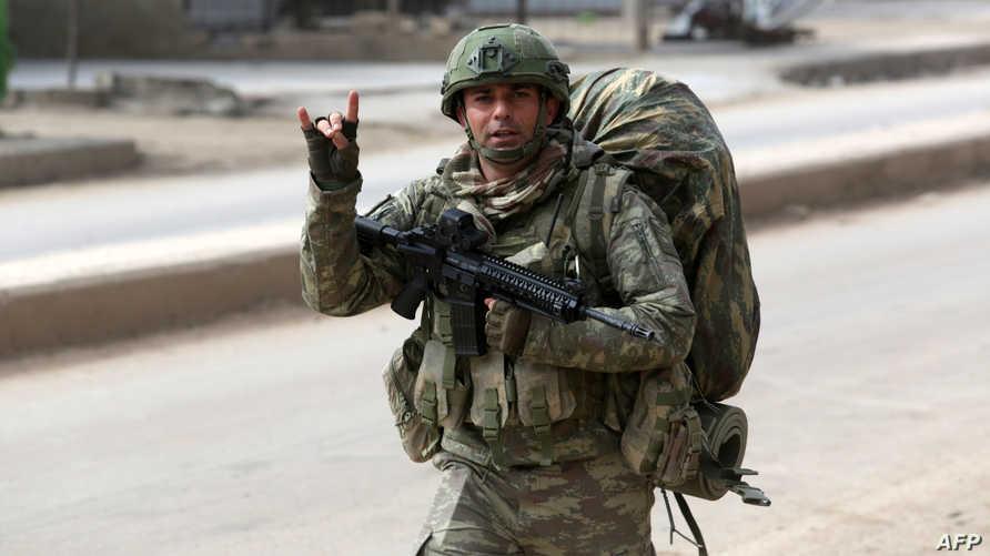 """جندي تركي في بلدة الأتارب غرب مدينة حلب السورية، وهو يشير بعلامة """"الذئاب الرمادية"""" -19 فبراير 2020"""