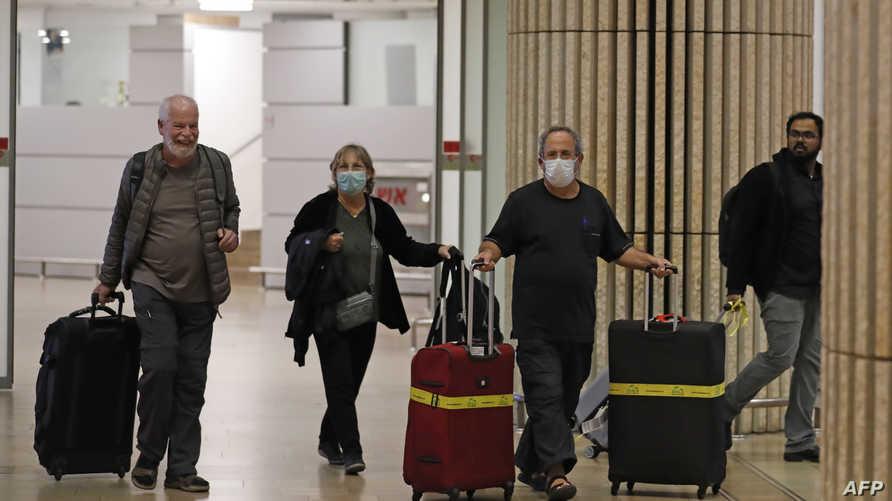 مسافرون في صالة الوصول بمطار بن غوريون السبت