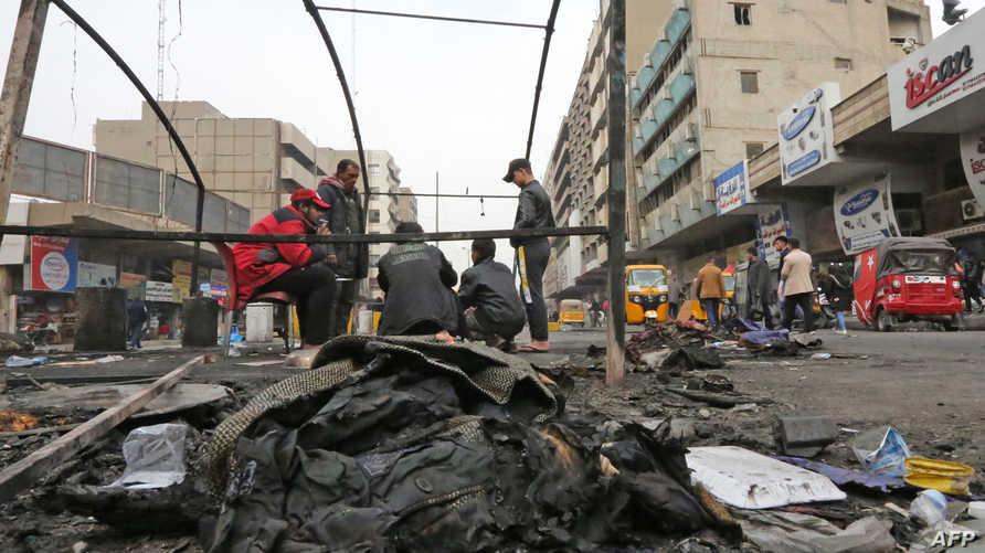 نشطاء في ساحة الخلاني تحت خيمة محروقة إثر الاشتباكات مع قوات الأمن- 16 فبراير 2020