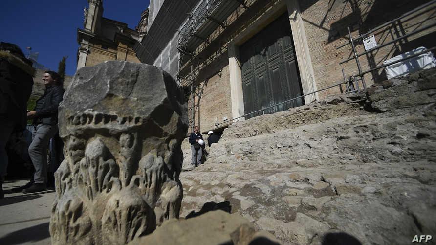 أحد مداخل القبر الاثري الذي يعتقد أنه يعود لمؤسس العاصمة الإيطالية روما