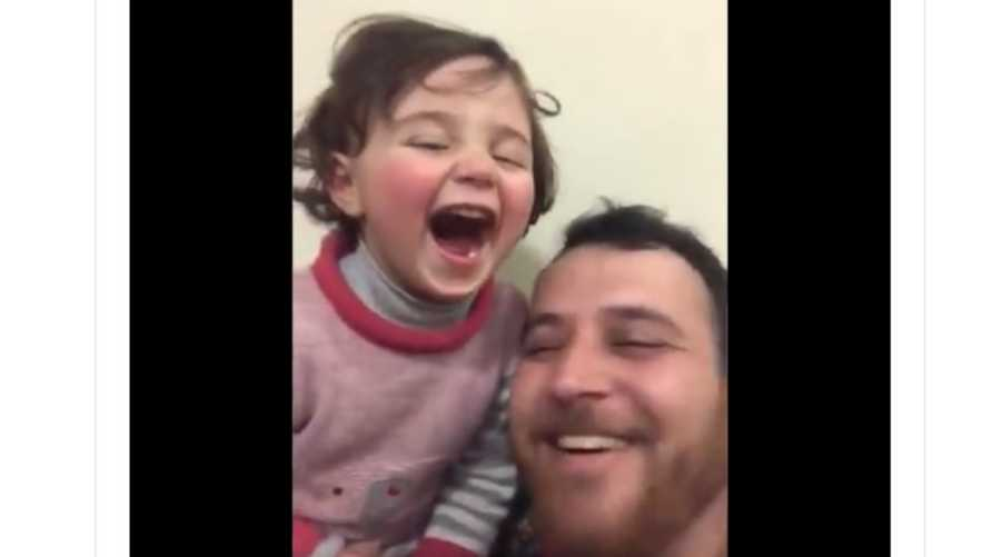 سلوى تضحك مع والدها بعد سماعهما صوت قصف في إدلب